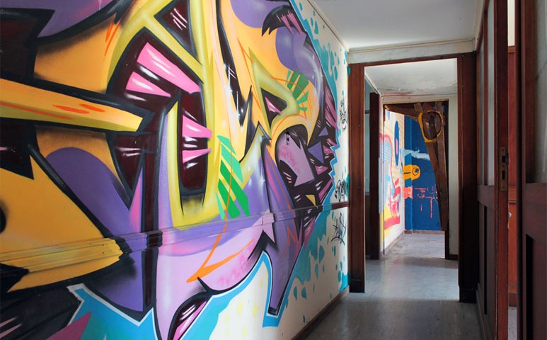 graff-corridor-street-art-buenos-aires-graffiti-canvas-exhibition-773x480